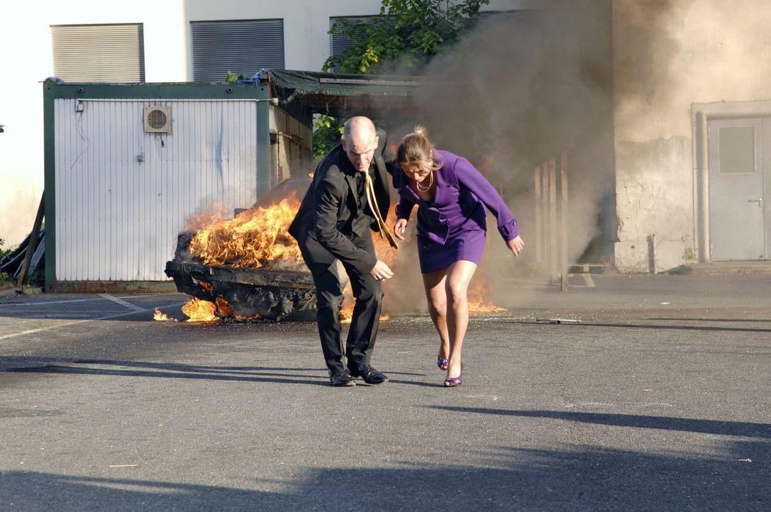 Nur weil Katja (Karolina Lodyga, r.) ihn aus dem brennenden Auto befreien kann, entrinnt Gerrit (Lars Löllmann, l.) knapp dem sicheren Tod ... - Bildquelle: Claudius Pflug Sat.1