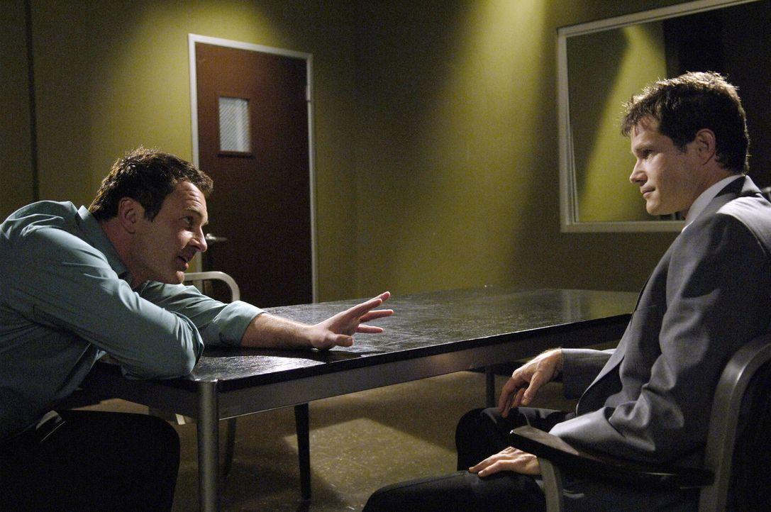 Da Christian (Julian McMahon, l.) verdächtigt wird, Rhea Reynolds ermordet zu haben, gerät die Freundschaft zwischen ihm und Sean (Dylan Walsh, r.... - Bildquelle: TM and   2005 Warner Bros. Entertainment Inc. All Rights Reserved.
