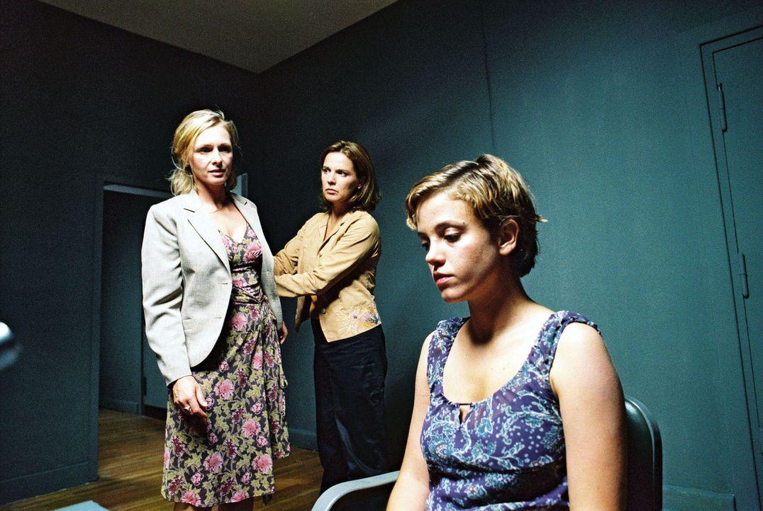 Gabriele (Marita Marschall, l.) und Katja (Désirée Nosbusch, M.) verhören Nicole (Muriel Baumeister, r.). - Bildquelle: Gordon Mühle Sat.1