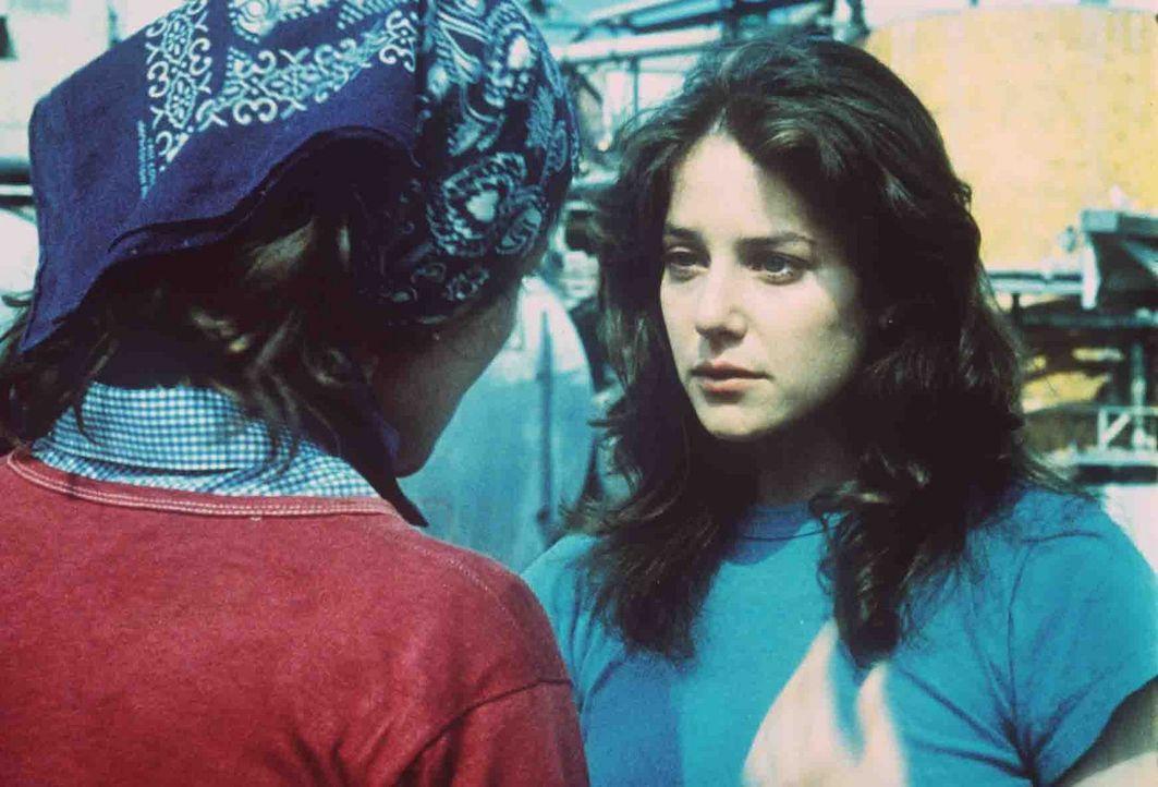 Die Fabrikarbeiterin Paula Pokrifki (Debra Winger, r.) hofft, dass der angehende Offizier Zack sie aus ihrem tristen Dasein herausholt ... - Bildquelle: Paramount Pictures