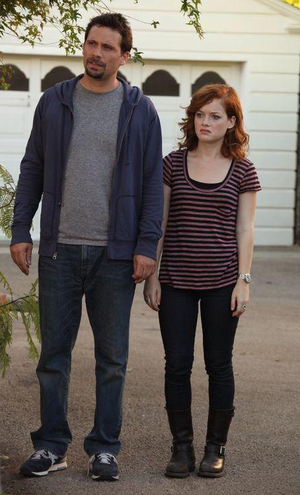 George (Jeremy Sisto, l.) und Tessa (Jane Levy, r.) werden unter Druck gesetzt, endlich sein Einstands-Barbecue zu geben. Ihre Versuche, sich dagege... - Bildquelle: Warner Bros. Television