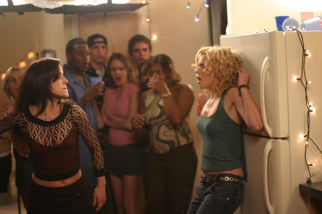 Brooke ist nicht auf die Party eingeladen worden und betrinkt sich alleine in einer Bar. Dort trifft sie auf Nikki (Emmanuelle Vaugier, l.), und nac... - Bildquelle: Warner Bros. Pictures
