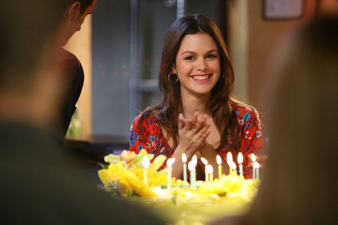 Summer (Rachel Bilson) freut sich für Taylor, denn Ryan hat für sie eine Geburtstagsparty organisiert ... - Bildquelle: Warner Bros. Television