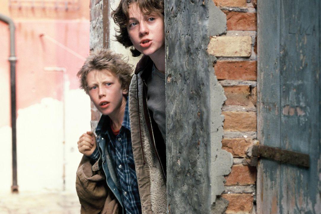 Nachdem die Waisenkinder Prosper (Aaron Johnson, l.) und Bo die Flucht vor ihrer bösartigen Verwandtschaft geschafft haben, landen sie in Venedig un... - Bildquelle: Warner Brothers International Television Distribution Inc.