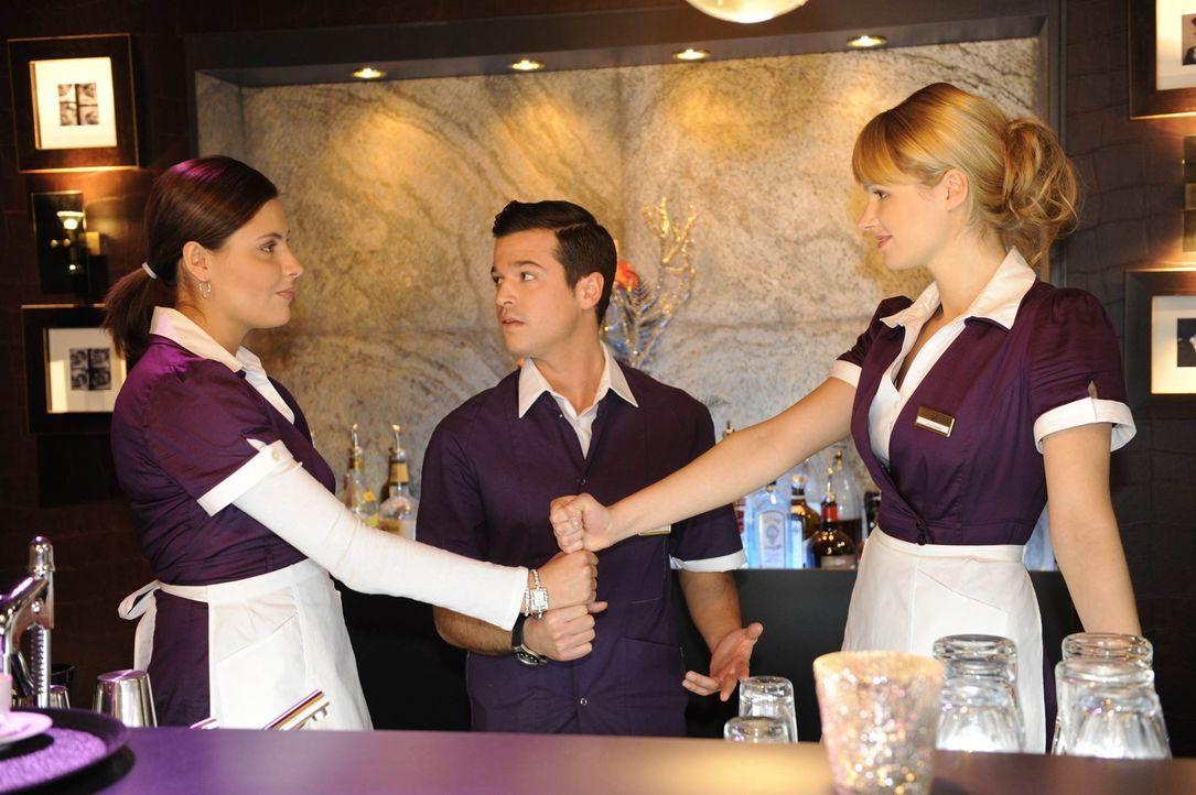 Sind sich nicht einig, ob sie Amanda bei ihrer Diät unterstützen sollen: Chris (Sophia Thomalla, l.), Bilge (Olgu Caglar, M.) und Jessica (Isabell... - Bildquelle: SAT.1