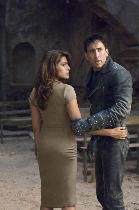Vor Jahren hat Johnny (Nicolas Cage, r.) seine Seele an den Teufel verkauft und sich deshalb von seiner großen Liebe (Eva Mendes, l.) getrennt. Da b... - Bildquelle: 2007 CPT Holdings, Inc. All Rights Reserved. (Sony Pictures Television International)