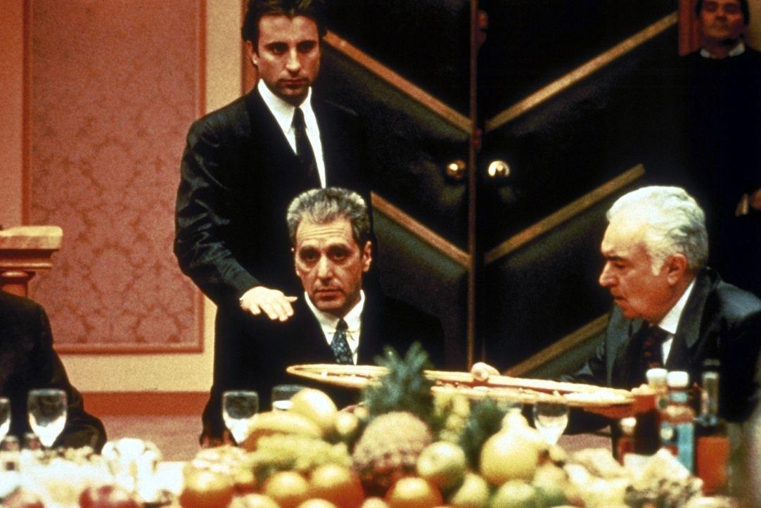 Während seiner Verhandlungen mit einem europäischen Immobilien-Multi, in den auch die Vatikan-Bank investiert hat, wird Don Michael Corleone (Al P... - Bildquelle: Paramount Pictures
