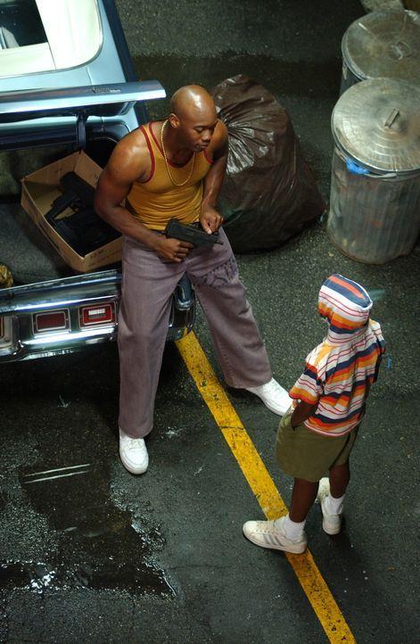 1987: Rodney (Chris Foreman, l.) zeigt dem jungen Darnell (Milo Stokes, r.), wie er mit der Schnellfeuerwaffe umzugehen hat ... - Bildquelle: Warner Bros. Television