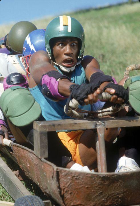 Not macht erfinderisch: Als Derice Bannock (Leon Robinson, r.) mit seiner jamaikanischen Bobmannschaft das erste Mal in der Öffentlichkeit trainiert... - Bildquelle: Disney