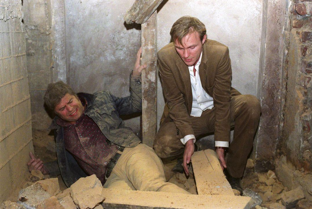Jupps (Uwe Fellensiek, l.) Bein wurde von dem einstürzenden Gewölbe eingequetscht. Falk (Dirk Martens, r.) versucht ihn zu befreien. - Bildquelle: Thekla Ehling Sat.1