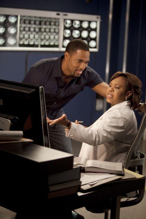 Ben (Jason Jorge, l.) plant etwas Besonderes für Bailey (Chandra Wilson, r.), doch sie ist nur mit ihrer Arbeit beschäftigt, während ein Paar mit... - Bildquelle: Touchstone Television