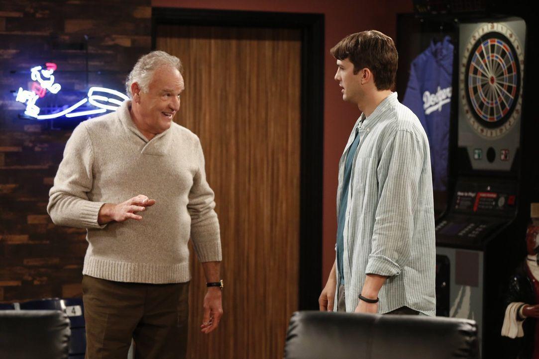 Verstehen sich prächtig: Rick (Bill Smitrovich, l.) und Walden (Ashton Kutcher, r.) ... - Bildquelle: Warner Brothers Entertainment Inc.