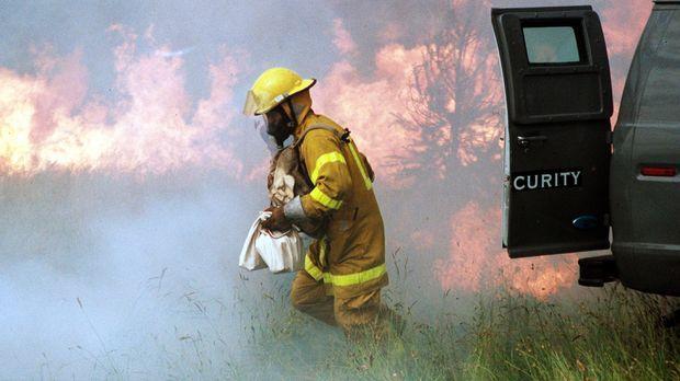 Weil Feuerwehrmann Jonas (Steve Bacic, r.) vor dem finanziellen Ruin steht, b...