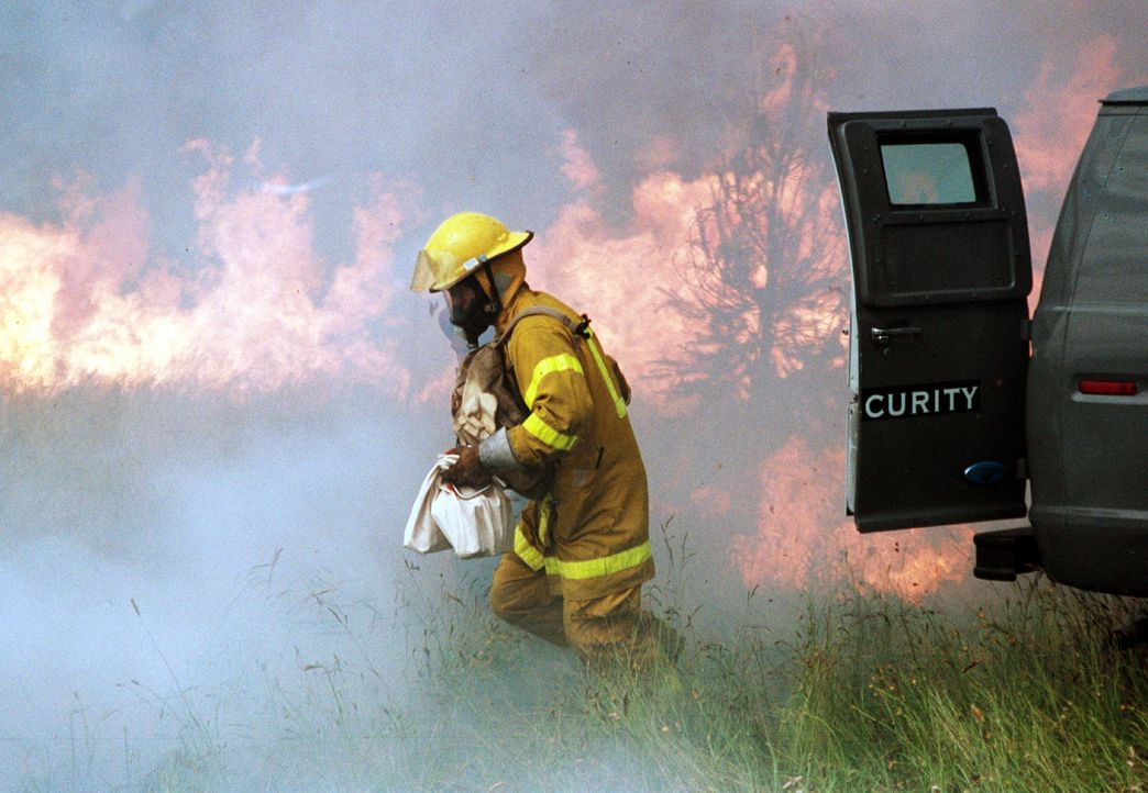 Weil Feuerwehrmann Jonas (Steve Bacic, r.) vor dem finanziellen Ruin steht, beschließt er, einen kleinen Brand zu legen und während der Feuerbekä... - Bildquelle: New Concorde