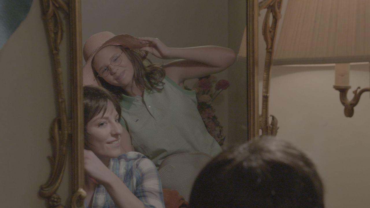 Fun with Mum: Die 13-jährige Teresa (r.) albert mit ihrer Mutter Doris Arndt (l.) herum, die sich für einen Abend mit Freunden fertig macht. Es ist... - Bildquelle: LMNO Cable Group