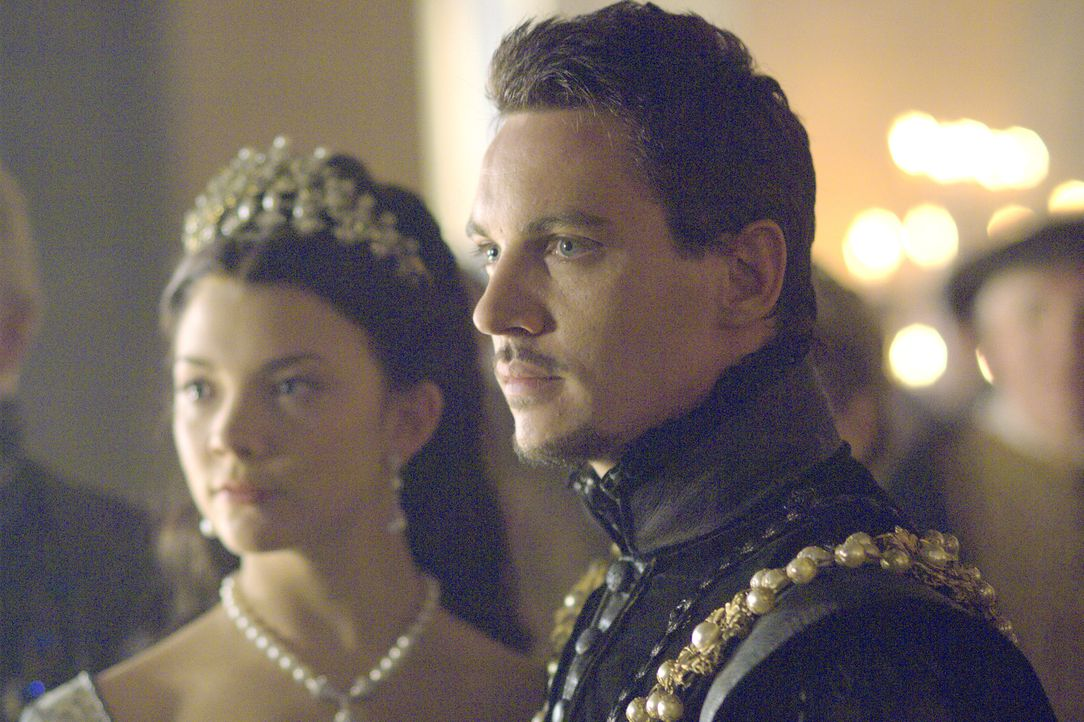 Müssen eine schwere Zeit durchstehen und entfremden sich dabei: König Henry VIII. (Jonathan Rhys Meyers, r.) und seine Frau Anne (Natalie Dormer, l.... - Bildquelle: 2008 TM Productions Limited and PA Tudors II Inc. All Rights Reserved.