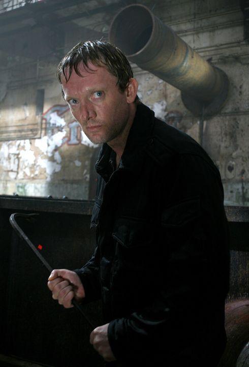 Um Abby wiederzufinden, nimmt Cutter (Douglas Henshall) den Kampf gegen das grässliche Urzeitmonster auf ... - Bildquelle: ITV Plc