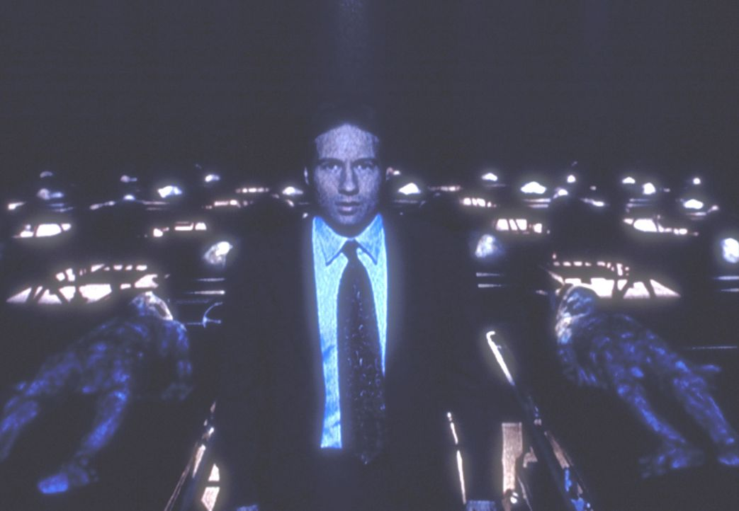 Mulder (David Duchovny) hat sich mit dem Ausweis eines CIA-Agenten in ein Geheimlabor des Pentagon eingeschlichen. - Bildquelle: TM +   2000 Twentieth Century Fox Film Corporation. All Rights Reserved.