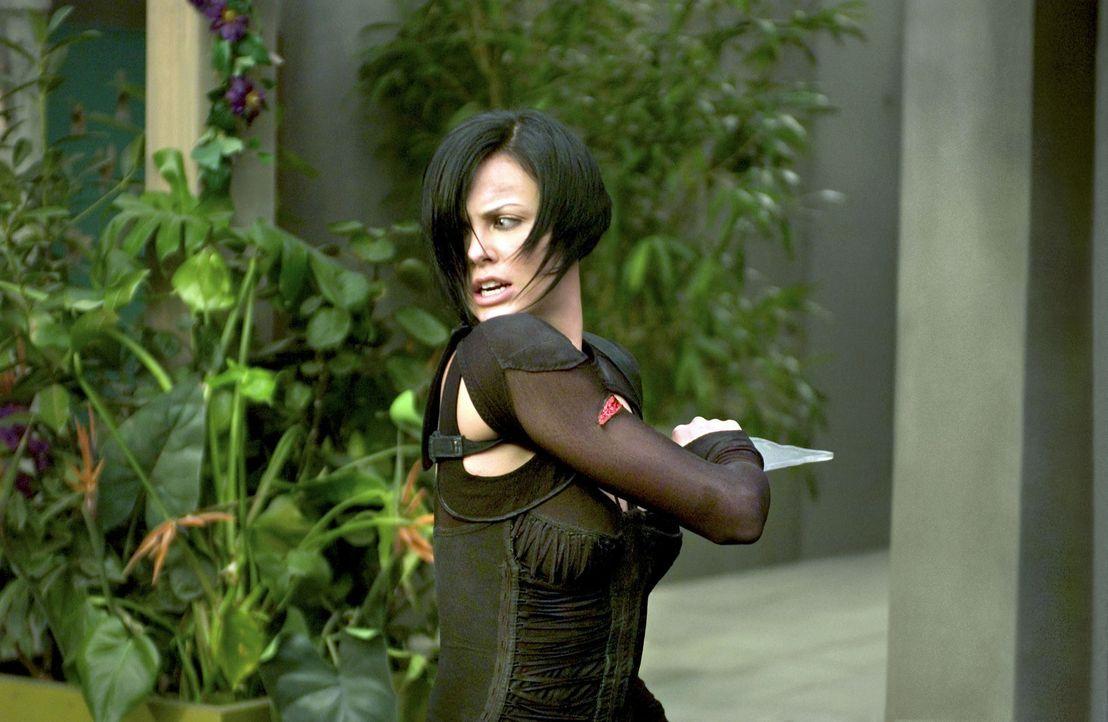 Je näher Aeon Flux (Charlize Theron) ihrem Opfer kommt, desto näher kommt sie auch der Wahrheit, die sich hinter der perfekten Lüge eines perfekten... - Bildquelle: 2004 by PARAMOUNT PICTURES. All Rights Reserved.