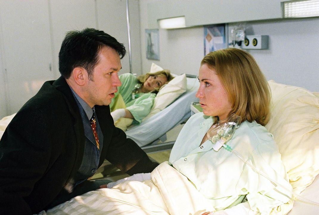 Britt Hofmeister (Pamela Knaack, M.), die bei ihrer Rettungstat selbst verletzt wurde, hört mit Verwunderung, dass Karina (Astrid Posner, r.) ihrem... - Bildquelle: Monika Schürle Sat.1