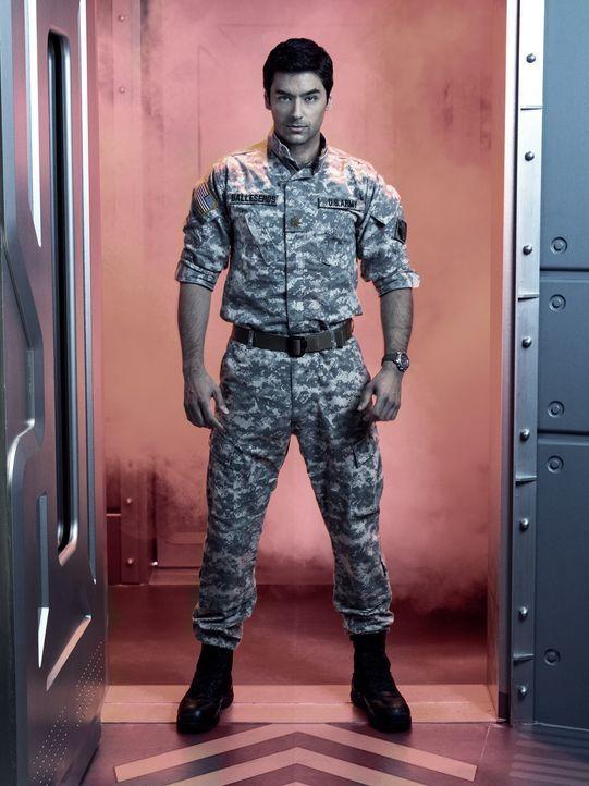 (1. Staffel) - Der Militäringenieur Major Sergio Balleseros (Mark Ghanimé) soll für die Sicherheit der Wissenschaftler sorgen, wären da nicht noch d... - Bildquelle: 2014 Sony Pictures Television Inc. All Rights Reserved.