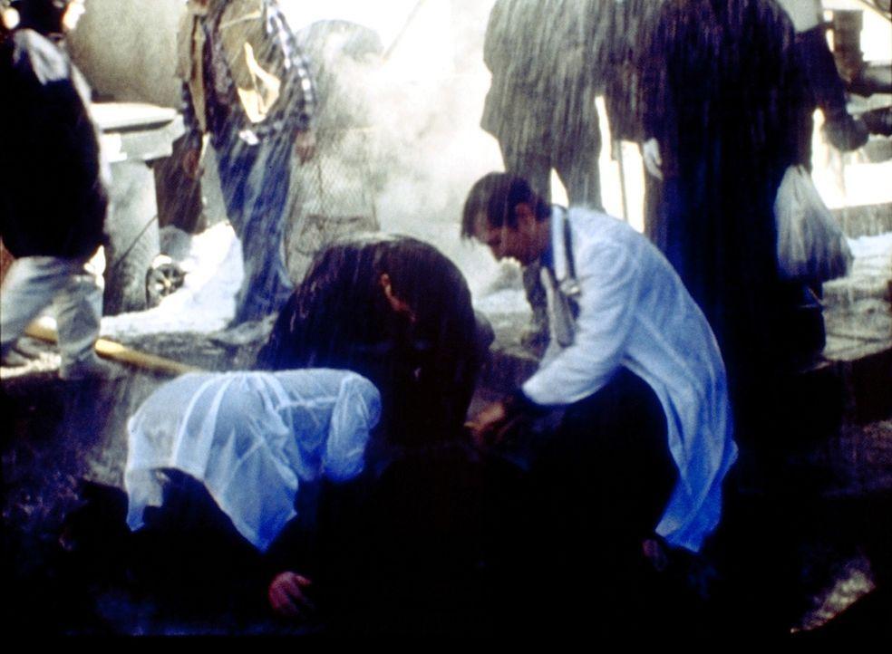Dr. Carter (Noah Wyle, r.) muss unter schwersten Bedingungen einen Schwerverletzten bergen. - Bildquelle: TM+  2000 WARNER BROS.