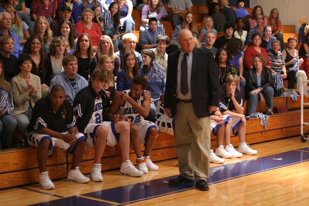 Coach Whitey (Barry Corbin, stehend) verfolgt das Spiel mit Spannung. Er weiß, dass seine Mannschaft nicht in Topform ist .... - Bildquelle: Warner Bros. Pictures