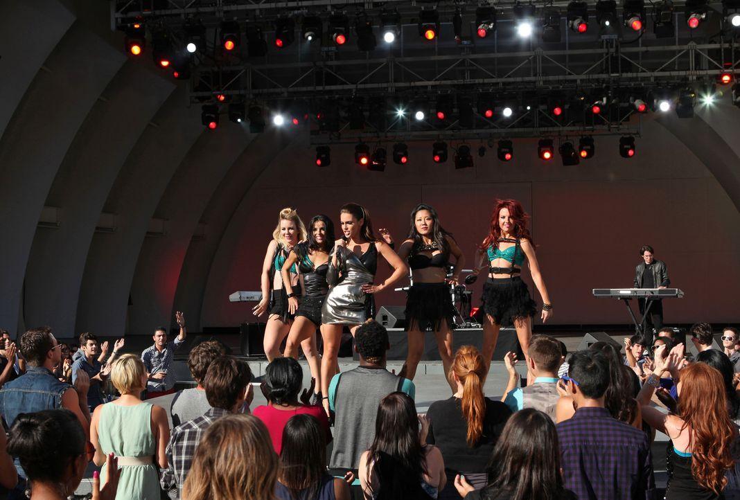 Sorgt für gute Stimmung: Adrianna (Jessica Lowndes, M.) - Bildquelle: 2012 The CW Network. All Rights Reserved.