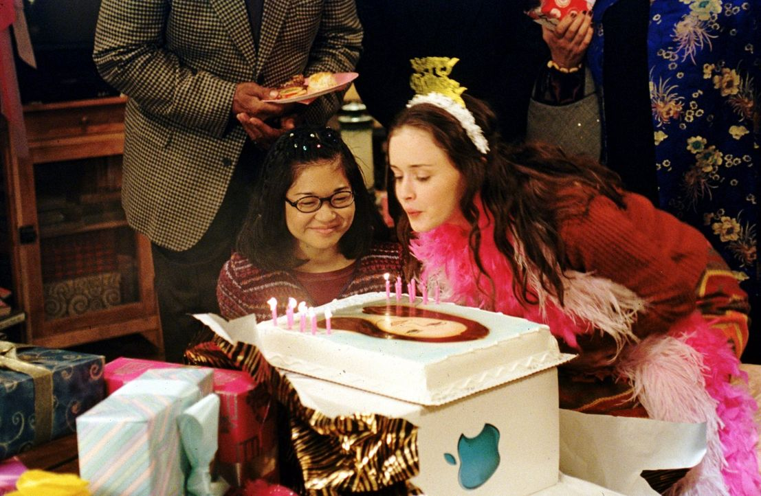 Rorys (Alexis Bledel, r.) Geburtstag steht kurz bevor und Chaos ist vorprogrammiert. Wird es Lane (Keiko Agena, l.) und Rorys restlichen Freunden ge... - Bildquelle: 2000 Warner Bros.