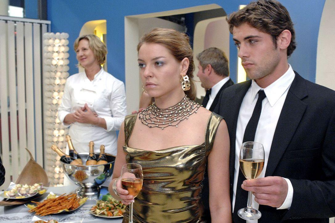 Im Gegensatz zu den anderen Gästen entgleisen Katja die Gesichtszüge, als sie Anna erblickt. v.l.n.r.: Susanne (Heike Jonca), Katja (Karolina Lydoga... - Bildquelle: Oliver Ziebe Sat.1