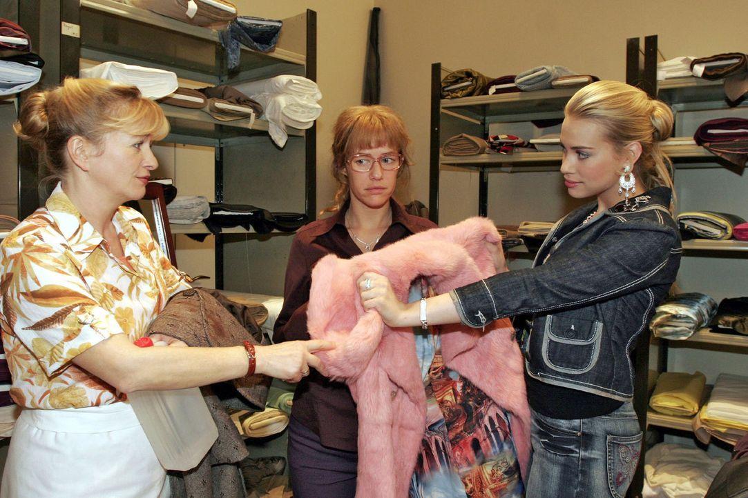 Vor der Charity-Veranstaltung lässt sich Lisa (Alexandra Neldel, M.) von Kim (Lara-Isabelle Rentinck, r.) und Helga (Ulrike Mai, l.) hinsichtlich d... - Bildquelle: Noreen Flynn Sat.1