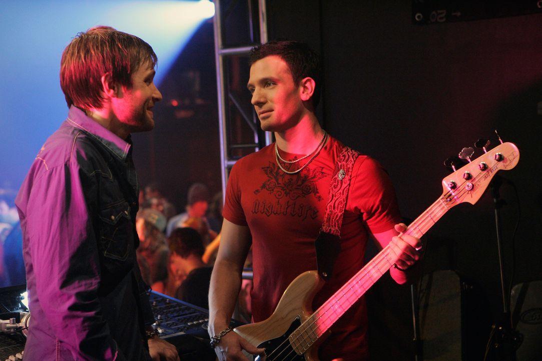 Der Musiker Brandon (Neil Hopkins, l.) arbeitet eigentlich als Kellner in dem Laden, doch seine Fans fordern ihn auf, eine Kostprobe seines Könnens... - Bildquelle: ABC Studios