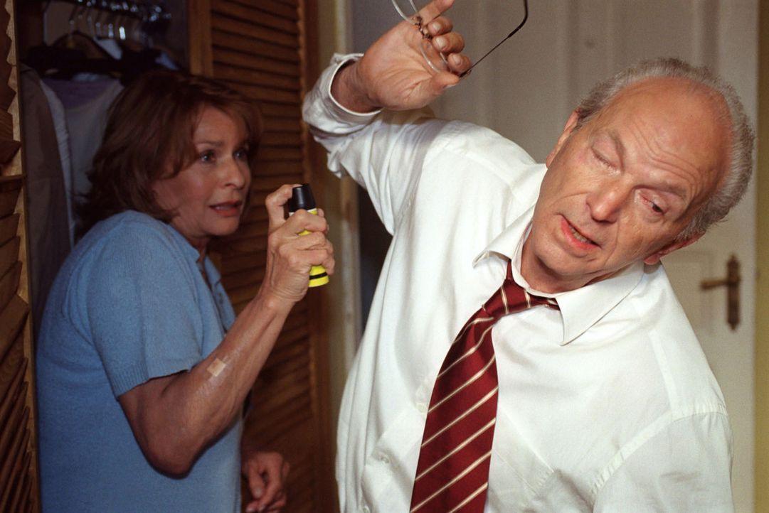 Helga (Senta Berger, l.) fürchtet, von Cem bedroht zu werden - und greift versehentlich ihren Mann Franz (Michael Gwisdek, r.) mit Reizgas an ... - Bildquelle: Thomas Ernst Sat.1