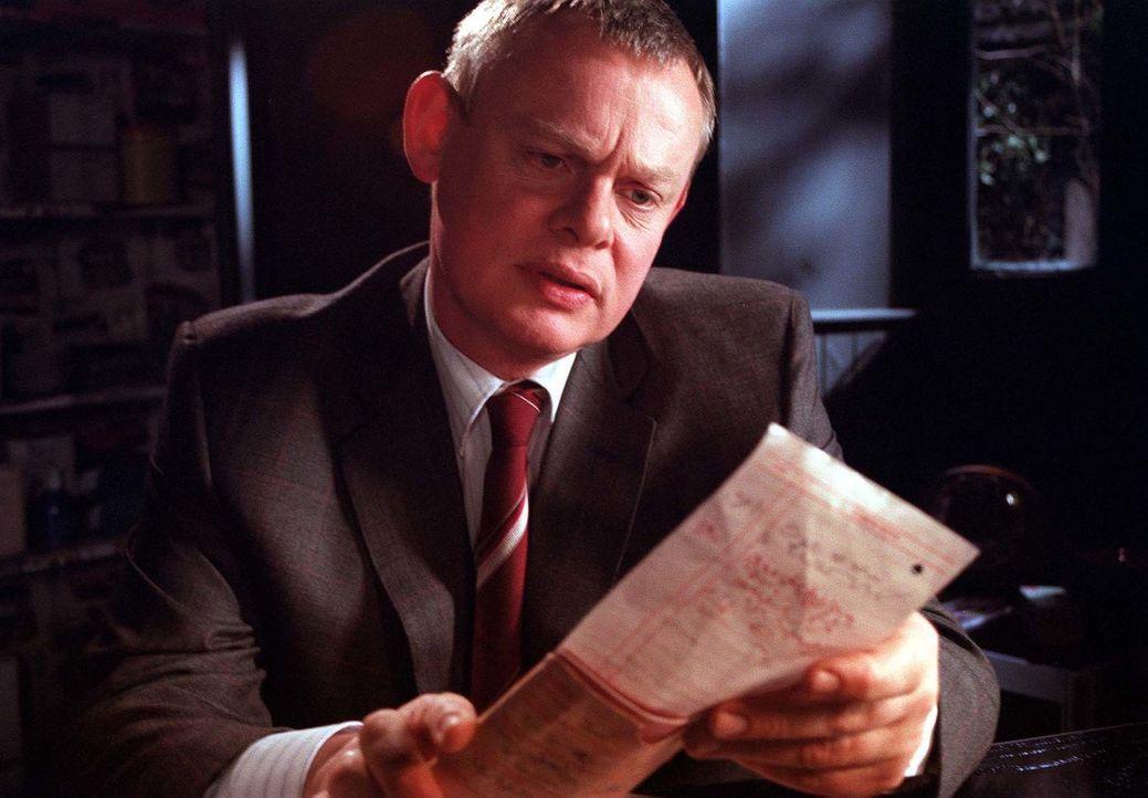 Der erfolgreiche Londoner Chirurg Martin Ellingham (Martin Clunes) kann einfach kein Blut mehr sehen. Kurzerhand schmeißt er seinen hochdotierten Jo... - Bildquelle: BUFFALO PICTURES/ITV