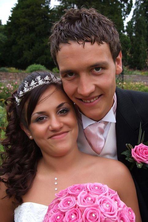 Andy und Serena sind mit 14 Jahren zusammengekommen. Nun sind sie 22 und bereit für das Ja-Wort. - Bildquelle: Renegade Pictures Ltd