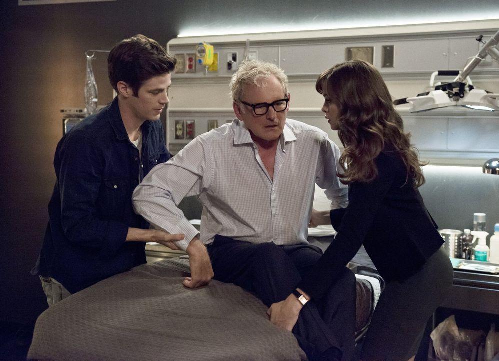 Während Caitlin (Danielle Panabaker, r.) sich sicher ist, dass Henry Hewitt der richtige Partner für Dr. Stein (Victor Garber, M.) ist, findet Barry... - Bildquelle: 2015 Warner Brothers.