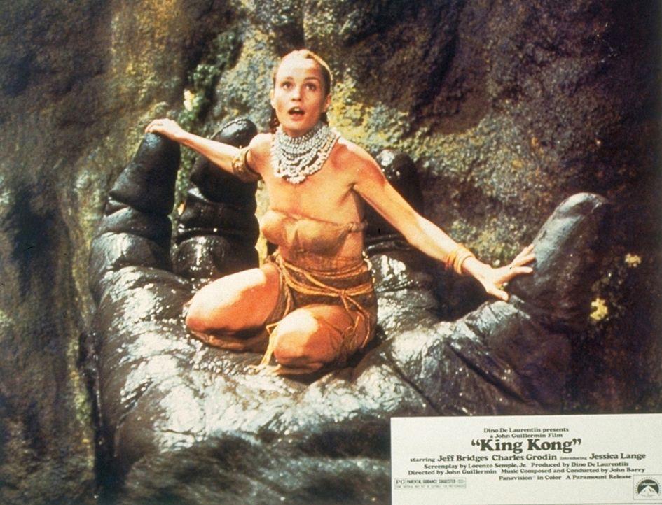 Die bildschöne Dwan (Jessica Lange) wird das Opfer des riesigen Gorilla King Kong. Doch King Kong verliebt sich in die blonde Schönheit ... - Bildquelle: Paramount Pictures