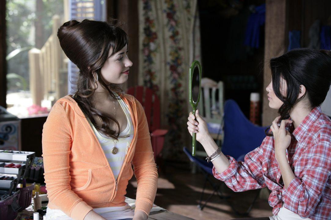 Vom hässlichen Entlein zum schönen Schwan: Rosie (Demi Lovato, l.) und Wildfang Carter (Selena Gomez, r.) ... - Bildquelle: Disney