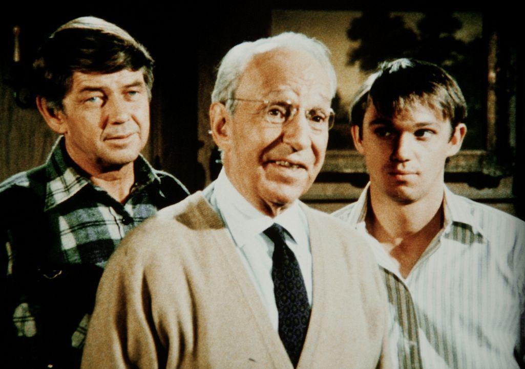 Der Bergwerkbesitzer Guthrie (Lloyd Nolan, M.) hat John (Ralph Waite, l.) und seinem Sohn John-Boy (Richard Thomas, r.) grünes Licht für die Instand... - Bildquelle: WARNER BROS. INTERNATIONAL TELEVISION