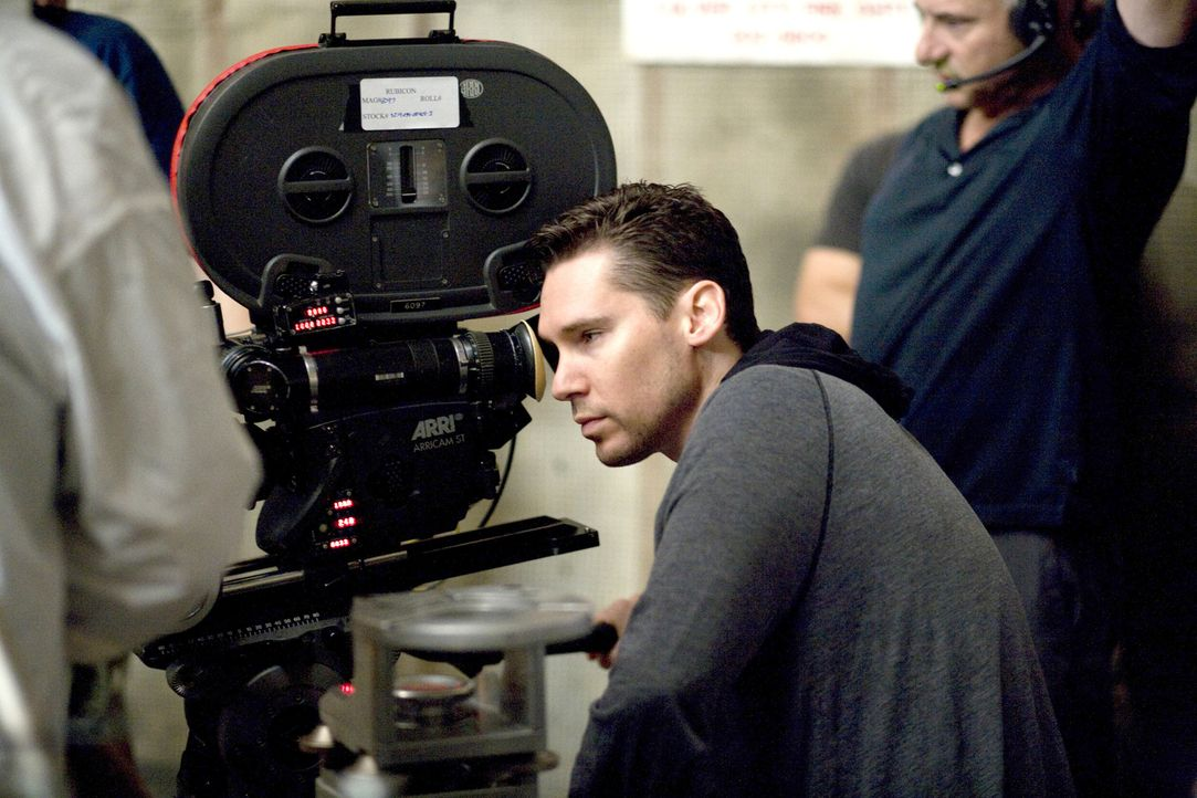 Regisseur Bryan Singer beim Dreh ... - Bildquelle: Phil Bray 2008 Metro-Goldwyn-Mayer Studios Inc.