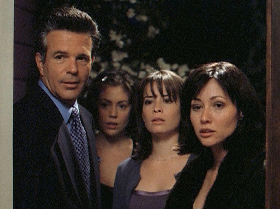 Phoebe (Alyssa Milano, 2.v.l.) ist im Gegensatz zu Piper (Holly Marie Combs, 2.v.r.) und Prue (Shannen Doherty, r.) begeistert, wieder einen Vater (... - Bildquelle: Paramount Pictures
