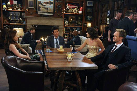 How I Met Your Mother - Während Ted (Josh Radnor, vorne 2.v.l.), Barney (Neil...