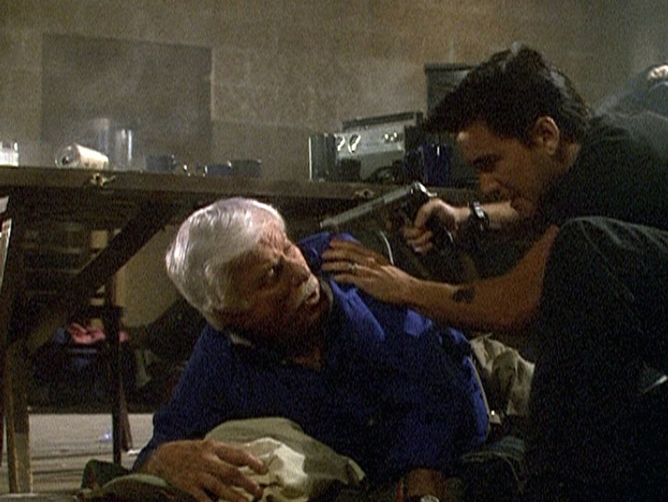 Dr. Mark Sloan (Dick Van Dyke, l.) wird von Ving, dem Anführer der Terroristen, bedroht, weil er nicht bereit ist, seinen Befehlen Folge zu leisten. - Bildquelle: Viacom