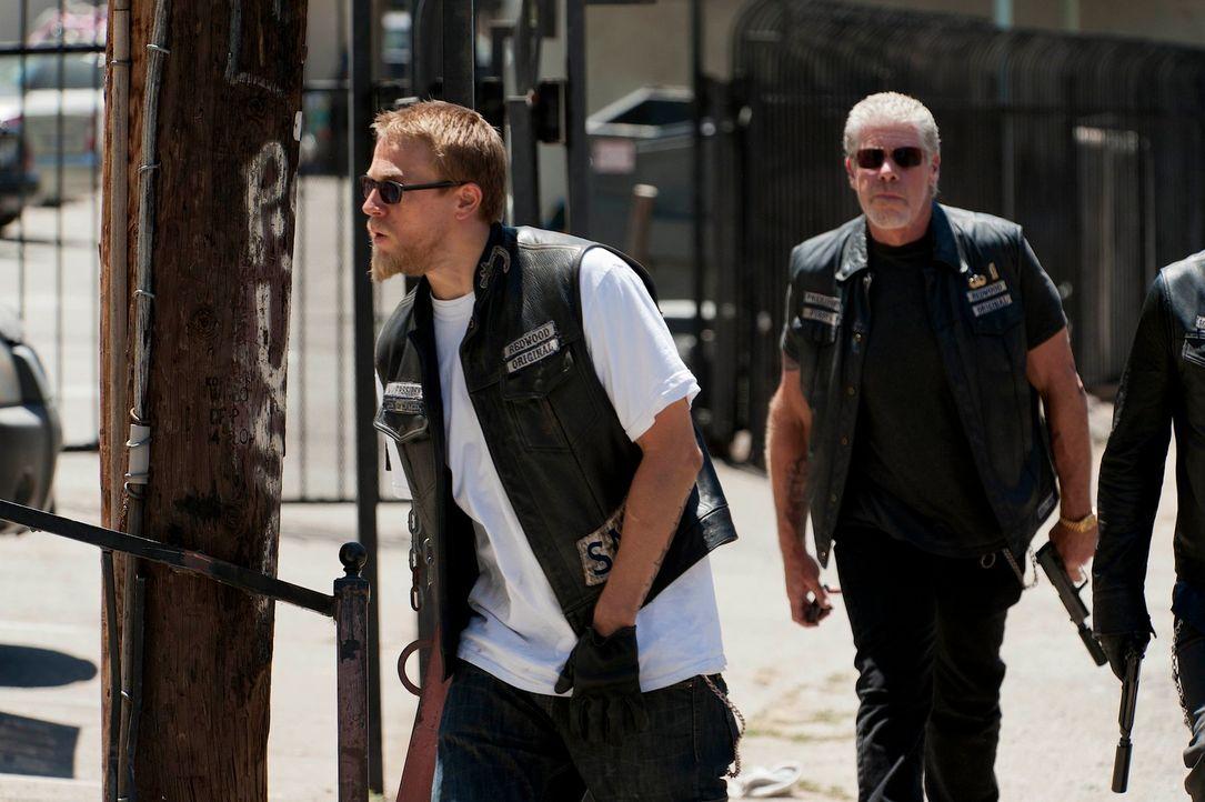 Jax' (Charlie Hunnam, l.) Freundin wird bedroht, doch wie viel hat Clay (Ron Perlman, r.) damit zu tun? - Bildquelle: 2011 Twentieth Century Fox Film Corporation and Bluebush Productions, LLC. All rights reserved.