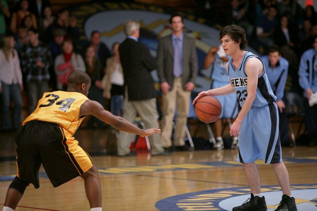 Während sich Axl (Charlie McDermott, r.) bei einem Basketballspiel beweisen muss, muss Sue zuhause auf Brick aufpassen. Was da wohl am ehesten als D... - Bildquelle: Warner Brothers
