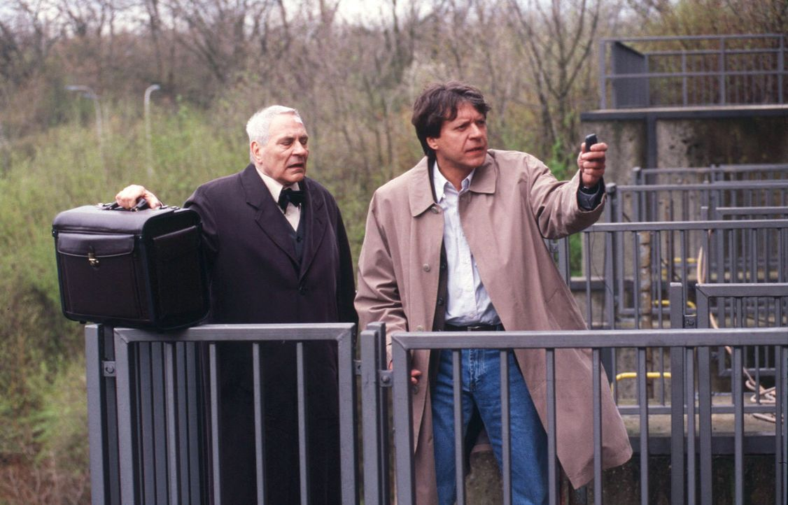 Bei der Lösegeldübergabe: Museumsdirektor Weissenbach (Peter Fitz, l.) und Gero von Bernsdorff (Helmut Berger, r.) ... - Bildquelle: Martin Menke SAT. 1