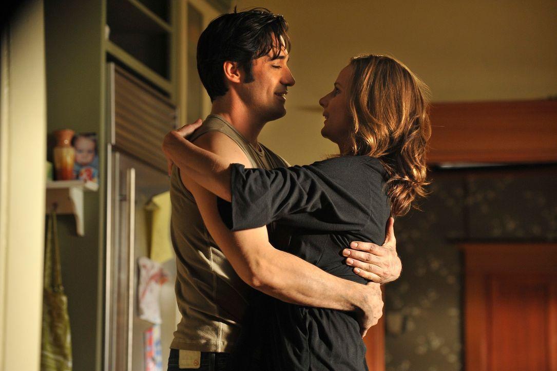 Endlich haben Luc (Gilles Marini, l.) und Sarah (Rachel Griffiths, r.) zusammengefunden und die beiden sind verliebt wie nie zuvor ... - Bildquelle: 2010 American Broadcasting Companies, Inc. All rights reserved.