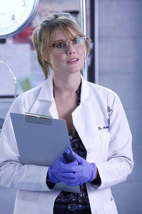 Kann Alice Rosenberger (Julianna Guill) den entscheidenden Hinweis auf den Mörder geben? - Bildquelle: Warner Brothers