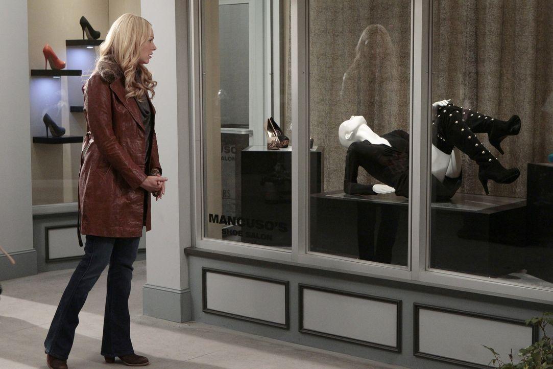 Chelsea (Laura Prepon) hat ein paar atemberaubende Overknee-Stiefel gesehen und ist besessen von der Idee, diese Stiefel zu kaufen. Dummerweise kost... - Bildquelle: Warner Bros. Television