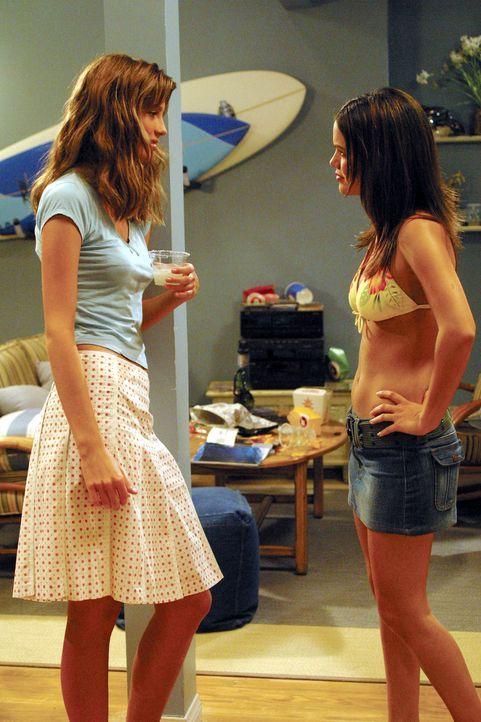 Summer (Rachel Bilson, r.) genießt die Party und versteht deshalb nicht, warum Marissa (Mischa Barton, l.) keinen Spaß hat ... - Bildquelle: Warner Bros. Television